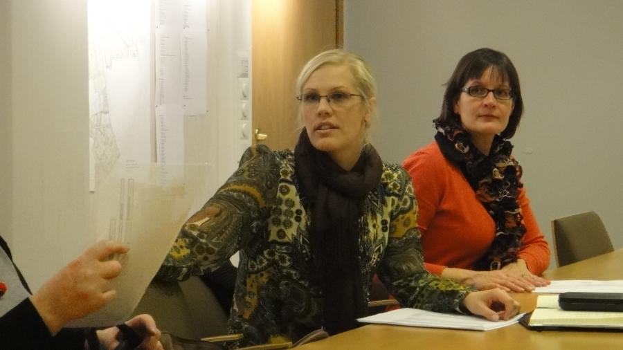 Mirka Riento ja Riitta Joutsi-Hänninen ryhmässämme. Riitta aloittaa nyt kulttuuri- ja vapaa-aikalautakunnan puheenjohtajana ja myöhemmin tulemme nimeämään hänet myös ammattikoulumme Hyrian ja HRAKS:n hallitukseen. Oikealla oleva Mirka Riento aloittaa nyt teknisessa lautakunnassa.