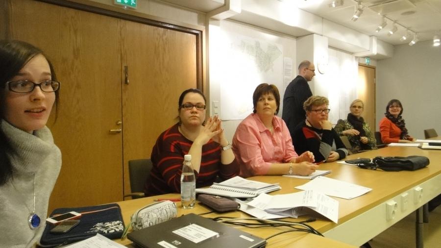 Ja uusi entistäkin suurempi valtuustoryhmämme järjestäytymässä. Eeva Pyhälammi valittiin ryhmämme johtoon, varapuheenjohtajaksi Jarmo Laukkanen ja sihteeri Anniina Lucenius.