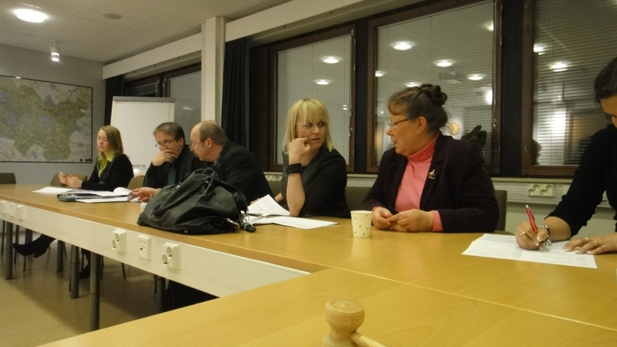 Tuolla vasemmalla istuu vielä ryhmämme nuorin jäsen eli vasta 18-vuotias Essi Tuomenoja joka toimii alkavan kauden ympäristö- ja rakennuslautakunnan varapuheenjohtajana.