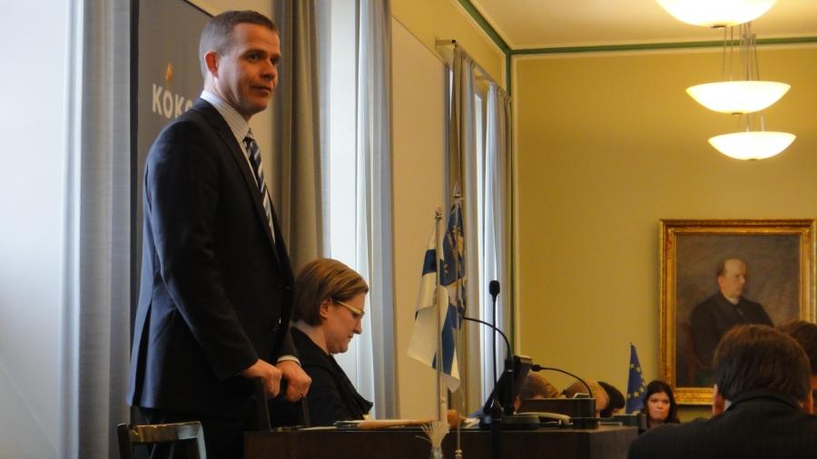 Ystäväni ja pitkäaikainen vieruskaverini Petteri Orpo eduskuntaryhmän edessä kiittämässä luottamuksesta.