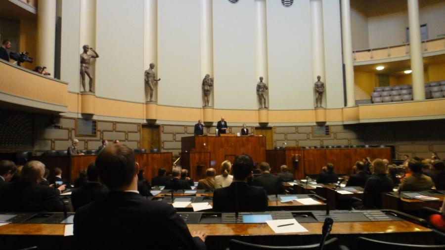Ja täällä päivä jatkui. Nyt siis jo äänestetty puhemiehistä ja Eero Heinäluoma pitää kiitospuhettaan.