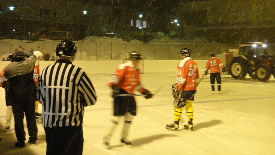Lopen Kunnan jäämatti jäällä Oksasen Pertin johdolla ja jää puhtaaksi ja peli käyntiin.