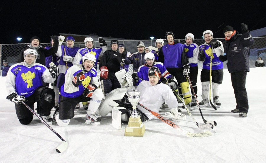 Ja illan matsin voittajat yhteiskuvassa eli Kaakkomäki Avalanchelle ensimmäinen Talviklassikko.