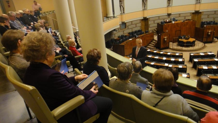 Hämeenlinnan Kansallisia Senioreita oli tänään vieraanani eduskunnassa viitisenkymmentä. Juttua olisi siis riittänyt pidemmäksikin toviksi.