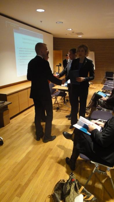 Ja tässä luovutamme raporttimme ministeri Henna Virkkuselle ja puheenjohtaja Petteri Orpolle.