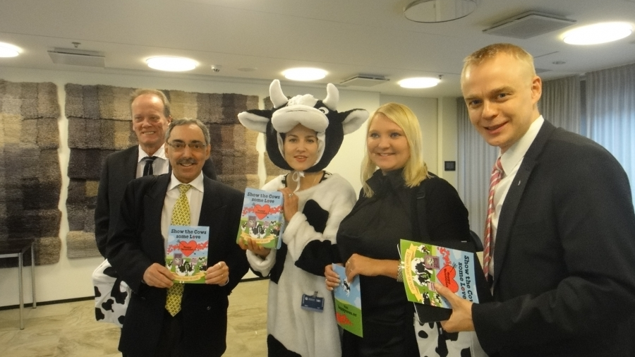 Tänään Ben ja Jerry -jätskiketju kävi tapaamassa Beniä, Sunaa, Mapea ja minua eduskunnassa. Viesti oli selkeä - koko Euroopassa pitää maitotiloilla lehmien olot saada Suomen tasolle. Hyvä hyvä!