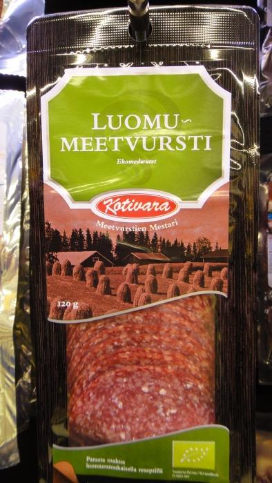 Kaunis heinäpeltomaisena Suomestako? Ehkä. Mutta tämän makkaran liha ei olekaan Suomesta.