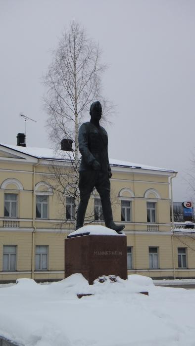Mannerheimin patsas Mikkelin torilla