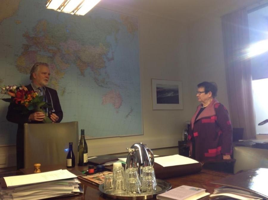 Valiokunnan varapuheenjohtaja Rakel Hiltunen piti erinomaisen puheen Martille. Ja lahjaksi siis kaksi uniikkia vaappua.