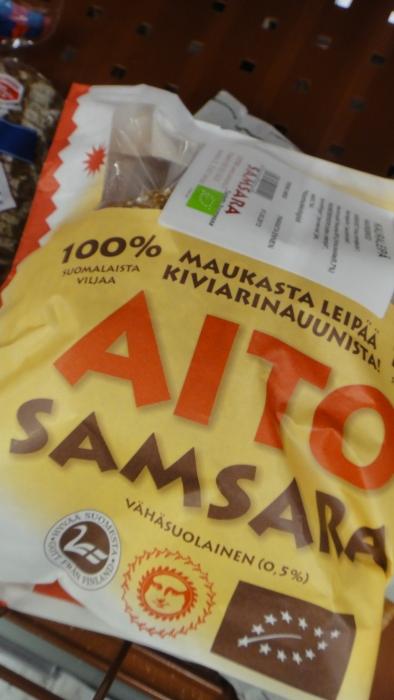 Tässä kaksi suomalaisista jauhoista tehtyä leipää! Hyvää Suomesta! Näitä ei paljo olekaan, mutta löytyy kun etsii... Olkaa siis tarkkoina. Yleensä muka suomalaisten leipien jauhot on tuotu jostain muualta. Valitettavasti.