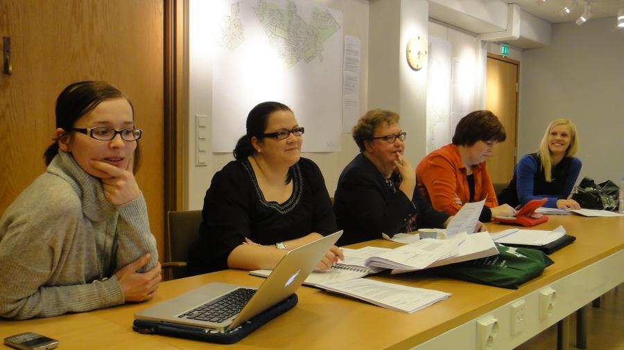 Ja tässä toinen reuna Tiina Seppälä, Anniina Lucenius, Sirpa Hopearuoho, Karoliina Saari ja Riitta Joutsi-Hänninen.