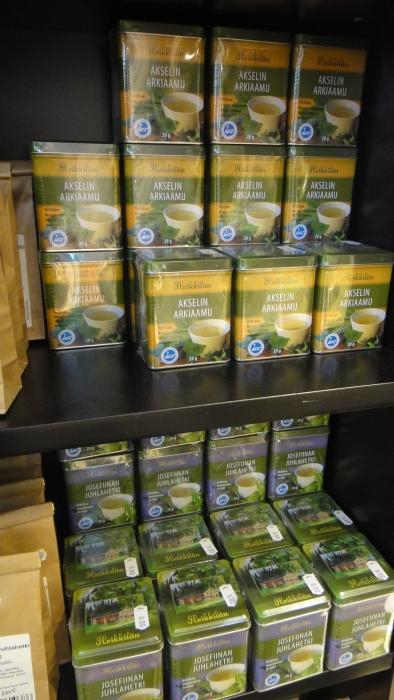 Ja myös niitä tee-juomia. Siis suomalaisia yrttiteitä. Ja nyt menenkin juomaan kupillisen Heikkilän Matildan Minttua. Kahvia kun ei kahteen viikkoon saa niin otetaanpa suomalaista teetä siis.