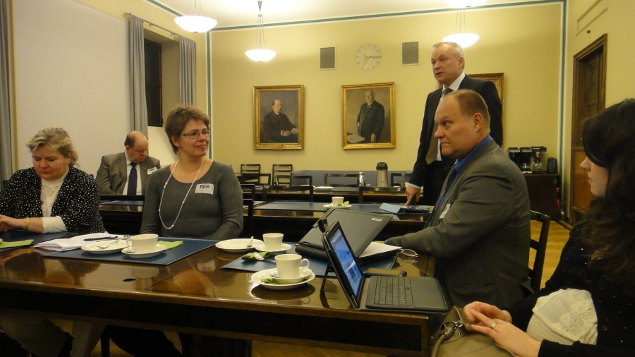 Ja tässä sitten kollegani Kalle Jokinen puhumassa ja oikealla Sanni Grahn-Laasonen. Takana Veikko Salomaa ja edessä oikealta Keijo Suomalainen, Marjo Kotioja-Partanen ja Taina Noopila.