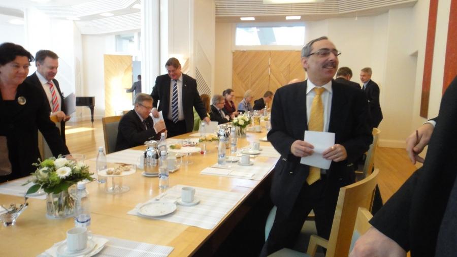 Ja tänään Mäntyniemessä tapasimme ulkoasiainvaliokunnan väen kanssa presidentti Sauli Niinistön. Erinomainen keskustelu jälleen ja oli mukava kuulla yli puoluerajojen, että uuden presidentin tapaan toimia ja käydä tätä avointa keskustelua ollaan enemmän kuin tyytyväisiä.