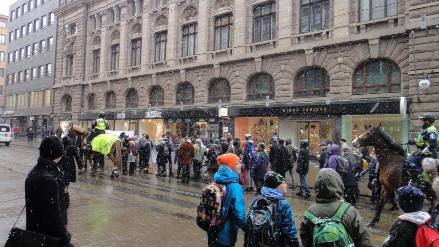 Päivällä piipahdin Kieseleffissä Jukka Rintalan Shopissa. Matkalla törmäsin Talvivaaran mielenosoittajiin. Jopas oli tökeröä toimintaa heiltä. En usko, että ajaa heidänkään asiaa heilua kadulla keskisormet pystyssä??