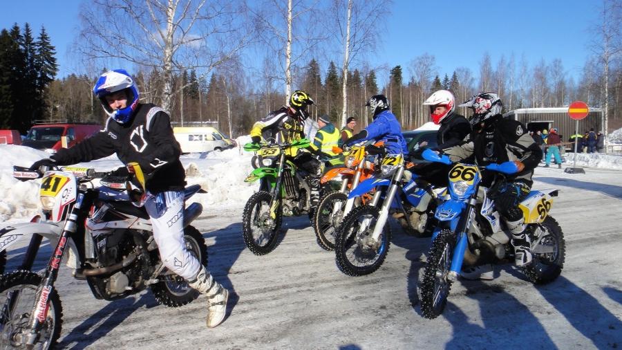 Ja Riihimäellä tänään samaisessa hienossa säässä saimme nauttia enduron SM-osakilpailusta. Väkeä Riksussakin hyvin paikalla ja kunnon talvikisa.