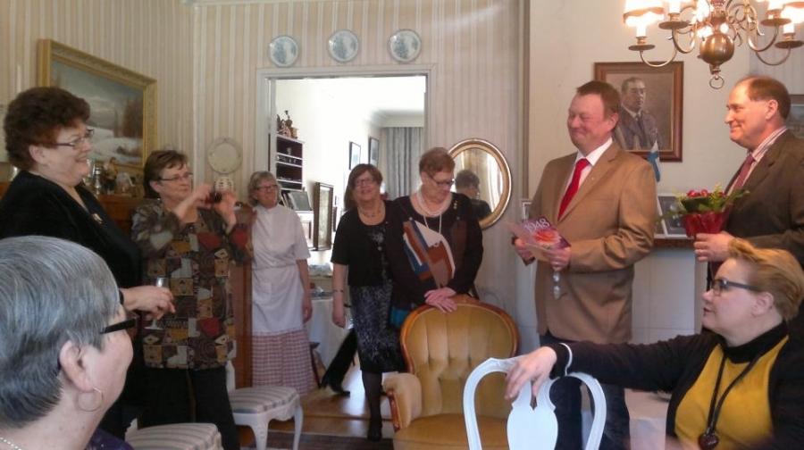 Janakkalan Kokoomusnaisilla oli ihastuttavat juhlat Lindelleillä. Väkeä Villa täynnä ja todellakin kodikas ja lämmin tunnelma.