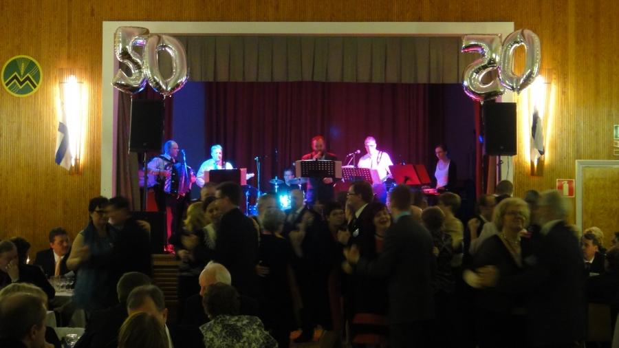 Ja ilta sitten kunnanvaltuutettu, yrittäjä Jarmo Laukkasen 50-vuotisjuhlissa Lopen Topenon Maamiesseuran talolla. Olli Kytömäki ja Okalinnut vastasivat musiikista ja lava koko ajan täynnä tanssijoita.