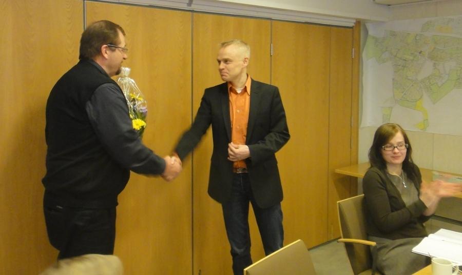 Ja ilta sitten Lopen kokoomuslaisten kanssa. Kevätkokouksen alussa onnittelimme Janne Silvania 50-vuotispäivän johdosta.