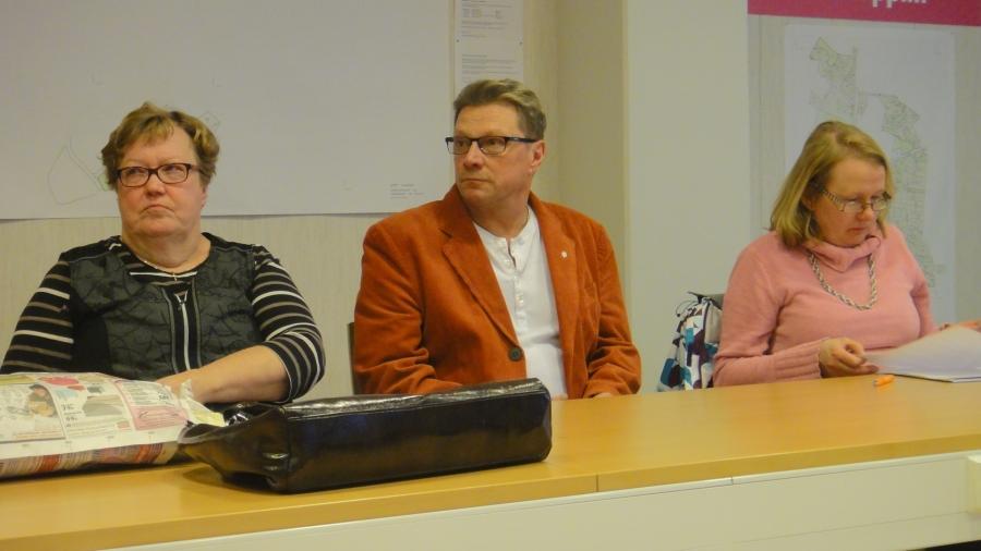 Sirpa Hopearuoho, Teuvo Zetterman ja Sanna Kallela kevätkokousasioiden parissa kunnantalolla.