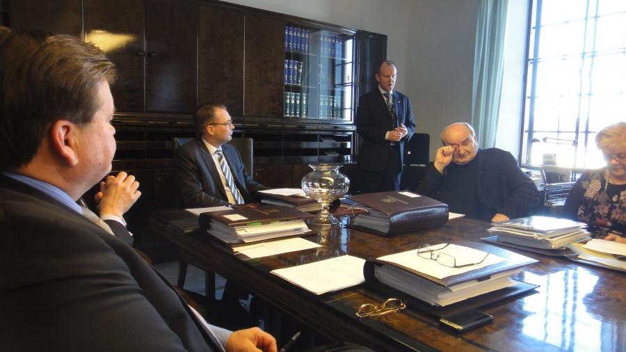 Tänään saimme valmiiksi Puolustusvaliokunnan lausunnon Turvallisuus- ja Ulkopoliittisesta selonteosta. Sain mukaan kirjauksen, että maahamme tehtäisiin nyt KriHa Veteraaniohjelma. Samalla kiitimme valiokuntaneuvos Olli-Pekka Jalosta, jolle tämä suururakka oli kanssamme nyt viimeinen. Hän siirtyy ulkoministeriöön.