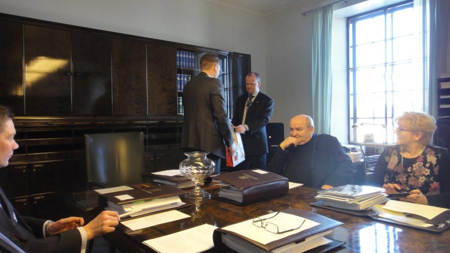 Ja Puvin puheenjohtaja Jussi Niinistö ojensi meiltä pienen kiitoksen valiokuntaneuvokselle.
