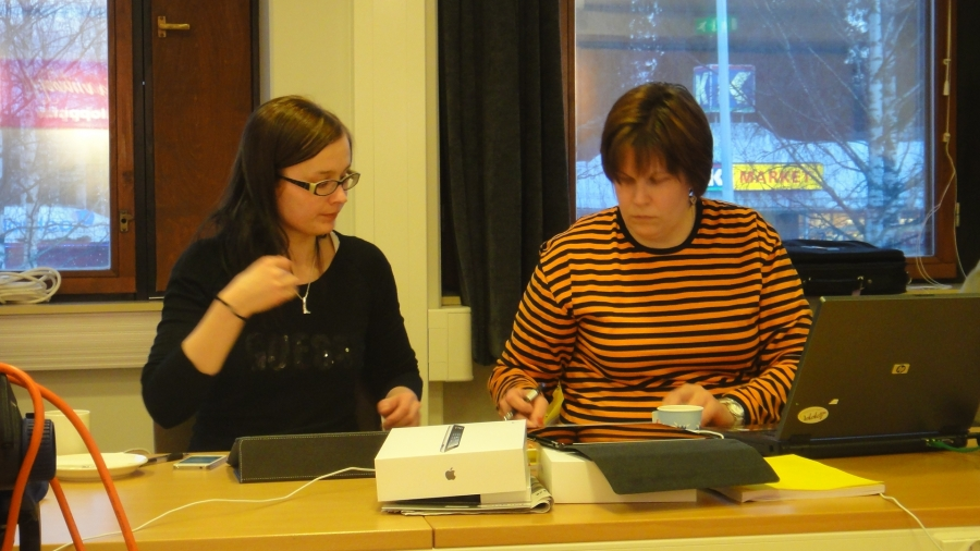 Tänään Lopen kunnanhallitus allekirjoitti vuoden 2012 tilinpäätöksen. Tässä nimet papereihin kunnanhallituksen uudelta varapuheenjohtajalta Tiina Seppälältä ja Karoliina Saarelta (oik).