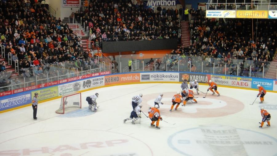 Tänään Blues otti kuitenkin voiton Kerhosta ja mestaruustaisto venyy vielä toiseen pääsiäispäivään Espoossa. Hieman HPK:n pojat puristivat mailasta ja se tietenkin ihan normaali katko-ottelusta. Maanantaina siis jatketaan.