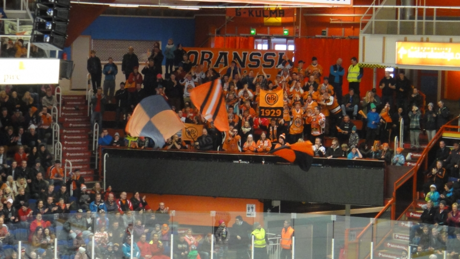 Ja Rinkelinmäen RitariAreenalla oli upeasti väkeä. Yli 3500 kerhofania kannustamassa A-poikia mestaruustaistossa.