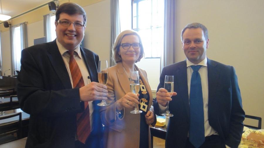 Tänään oli juhlaan aihetta kaksin kertaa... Tässä nostamme maljat Paulalle, Jannelle ja Artolle. Heillä täyteen 10 vuotta kansanedustajana eikä suotta. Kova trio.