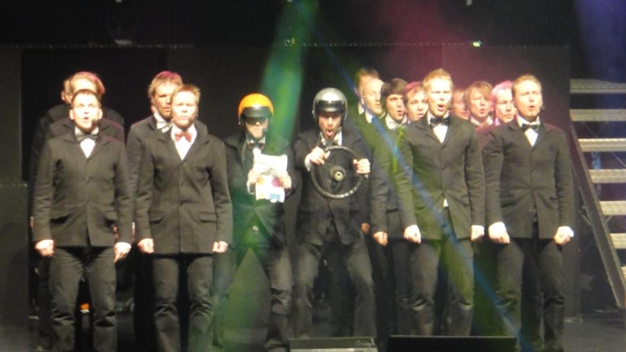 Ja tässä yksi illan hauskimmista... Ei vielä levyllekään ehtinyt Ralli-Pena, joka kertoo Jyväskylän MM-rallista. Erinomainen.