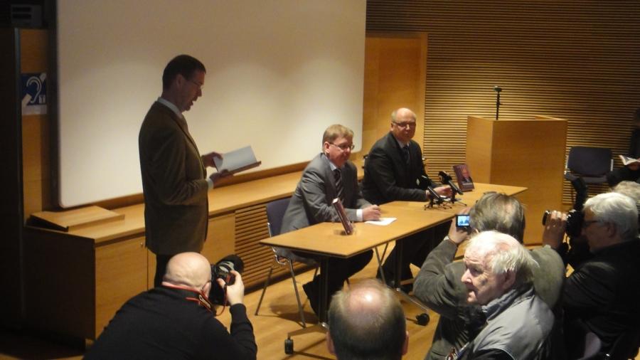 Pikkuparlamentin kansalaisinfo oli täynnä, kun Minerva Kustannus julkaisi Eero Heinäluomasta kertovan kirjan. Tilaisuudessa Heinäluoma totesi, että