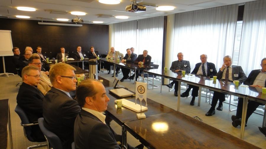 Illalla reilu parikymmentä yrittäjää ja virkamiestä Riihimäeltä vieraanani eduskunnassa. Tuhti puolitoistatuntinen keskustelua ja mukana myös vierailevana tähtenä ystäväni Ben Zyskowicz.