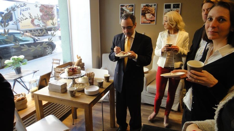 Kakku & Leipä Keisari esitteli tänään ensimmäisenä Suomessa kevään  juhlasesonkiin kakun, joka täyttää Eviran luomuvaatimukset. Benin kanssa kakun julkkareissa.