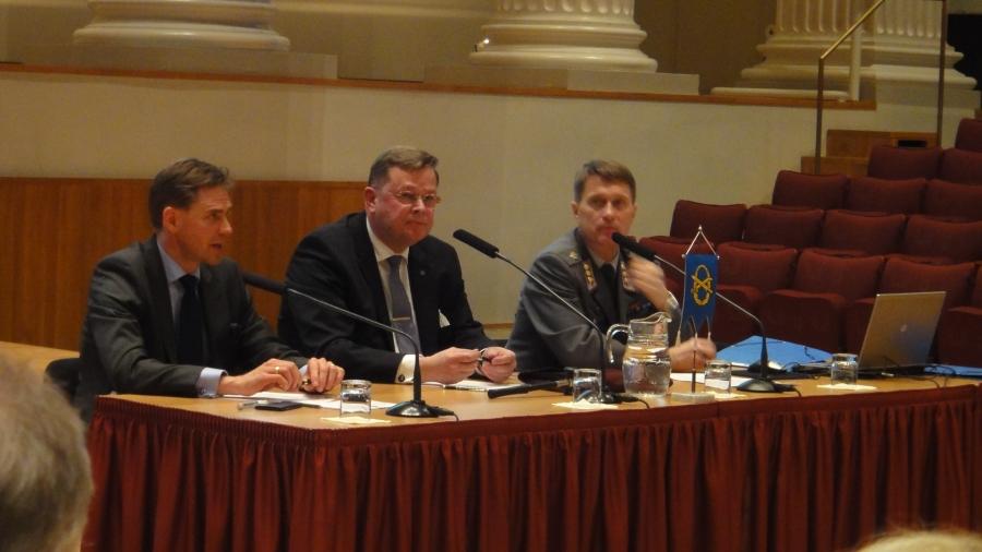 Ja Maanpuolustuskurssiyhdistyksen kevätkokous esitelmän piti pääministerimme Jyrki Katainen. Erinomainen esitelmä ja sen perään vielä reilu tunnin keskustelu yhdistyksemme väen kesken.