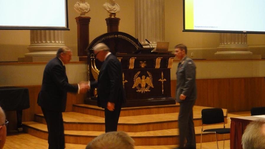 Kokouksen lopussa kokous kutsui yhdistyksen kunniapuheenjohtajaksi presidentti Pekka Hallbergin.