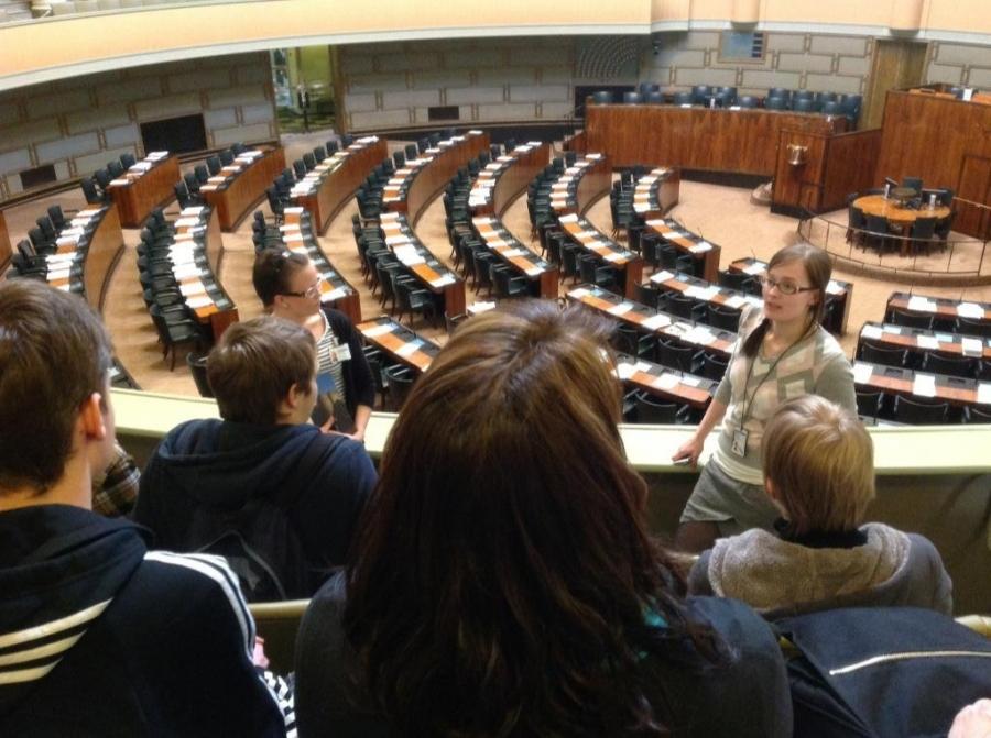 Eduskunnassa tänään vieraita kolmenkin eri ryhmän voimalla. Tässä avustajani Tiina Seppälässä esittelemässä istuntosalia Hämeenlinnan Lyseon Lukion Valtakurssilaisia. Aamusta jo ennen 50 ysiluokkalaista Riihimäen Karan koululta ja huomenna vielä karalaisia kolmas iso ryhmä vieraakseni yhteiskuntaopin tiimoilta.