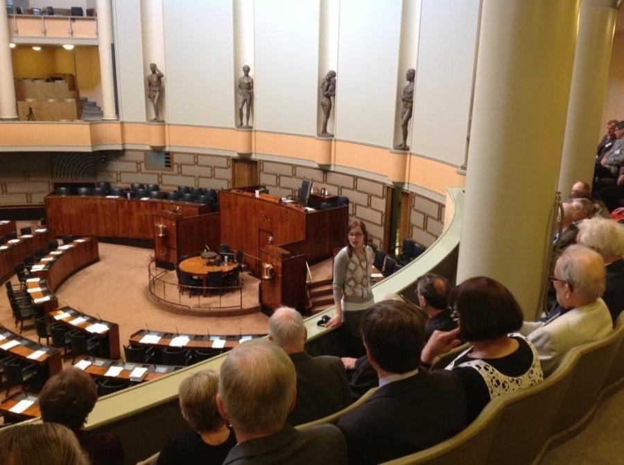 ...Ja tässä sitten bussilastillinen Hämeenlinnan Mieslaulajien Senioreita puolisoineen. Ja Tiina jälleen kertomassa talon historiaa ja minä sitten päivän politiikkaa.
