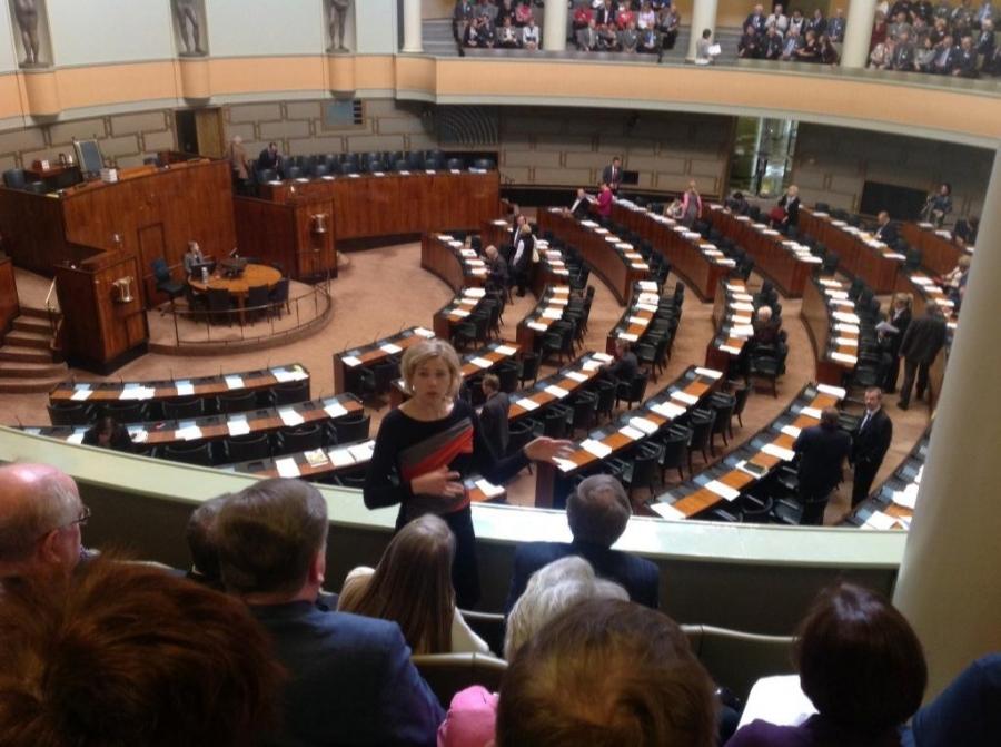 Ja myös kuntaministerimme Henna Virkkunen kävi lehtereillä tervehtimässä eduskuntavieraita ennen kyselytuntia.