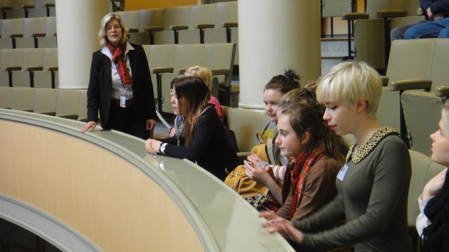 Tänään vielä 25 ysiluokkalaista Riihimäen Karan koululta vieraana eduskunnassa. Viikon aikana yhteensä 125 karalaista tutustui eduskuntaan ja kansanedustajan työhön. Pisteet opettajille ja kaupungille tällaisesta aktiivisuudesta ja näille mahtaville nuorille. Tänäänkin kertakaikkisen fiksuja nuoria.