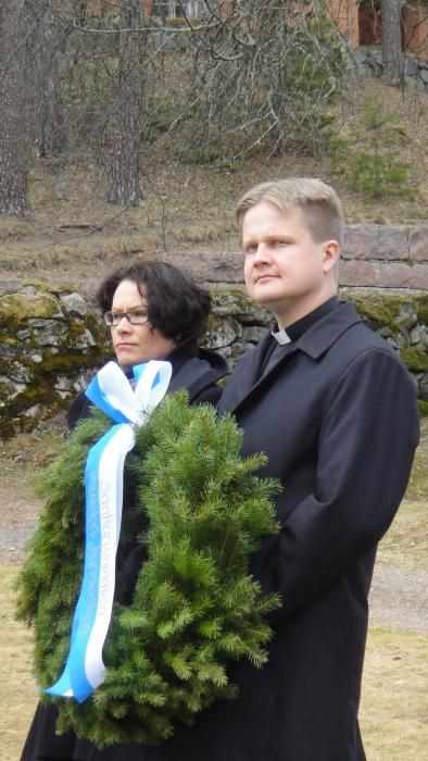 Lopen Kunnanjohtaja Karoliina Viitanen ja kirkkoherra Tuomas Hynynen laskivat seppeleen Sankariristille.