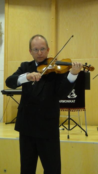 Ja Loppisalissa juhla alkoi Jukka-Pekka Ruuskasen kansanlaulusikermällä.