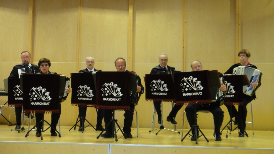 Ja juhlan upeasta musiikista vastasi Lopen Harmonikkojen pienorkesteri Tapio Rannanmaan johdolla...