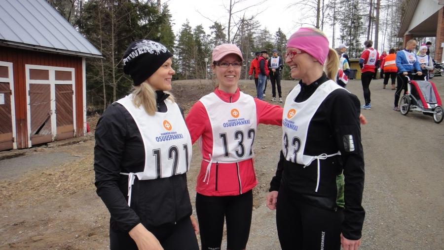 Ja historian ensimmäinen Kormu Run keräsi yli 60 juoksijaa Lopen Kormuun. Tarja Antikainen, Sirpa Väänänen ja Saija Grönholm valmiina juoksuun...