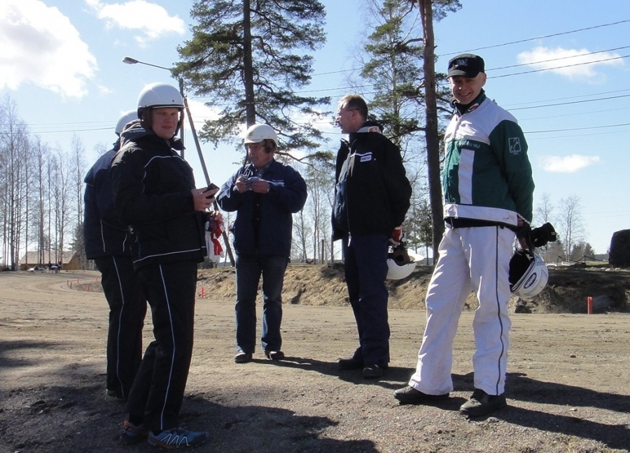 Ja tässä olemme startin jälkeen... Marko Tarkkala, Petri Meller, Jari Ansio ja minä.