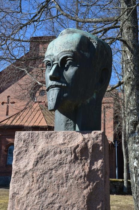 Senaattori Yrjö Sakari Yjrö-Koskisen patsas Lopen kirkonmäellä on vakiintunut Lopen yhteisen vapun pitopaikaksi. Tänä vuonna kuudennen kerran järjestetty tapahtuma keräsi aurinkoisessa säässä ennätysyleisönsä.