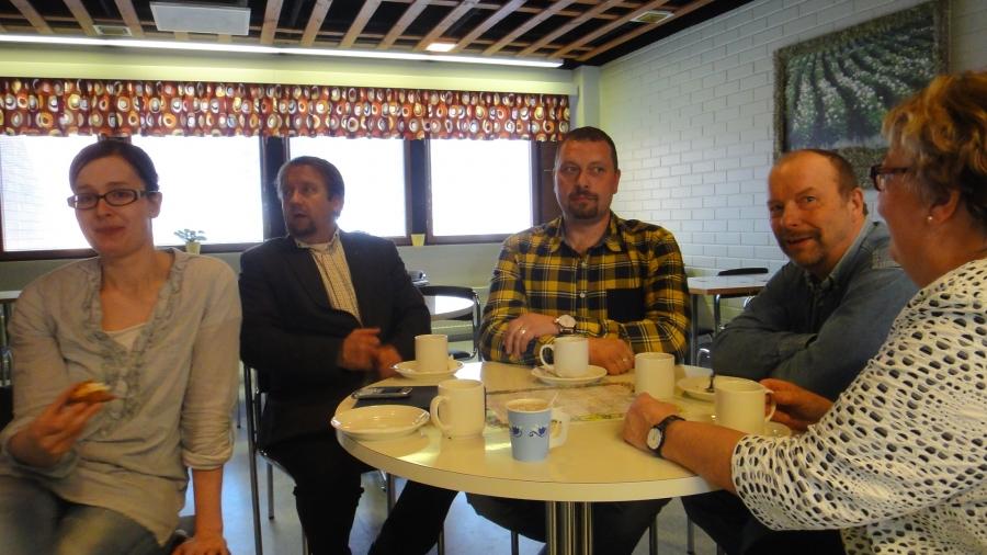 Mutta sitten päivä kunnantalolla. Ensin valtuustokauden strategian työstämistä. Tässä kokoomuslaisia kahvilla eli oikealta Sirpa Hopearuoho, Kari Maunula, Antti Mikkola, Jarmo Laukkanen ja Tiina Seppälä.