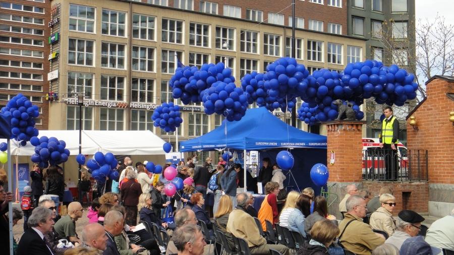 Eurooppa-päivän Aaton juhlat Helsingin Kampin torilla. Sää suosi ja väkeä erinomaisesti.