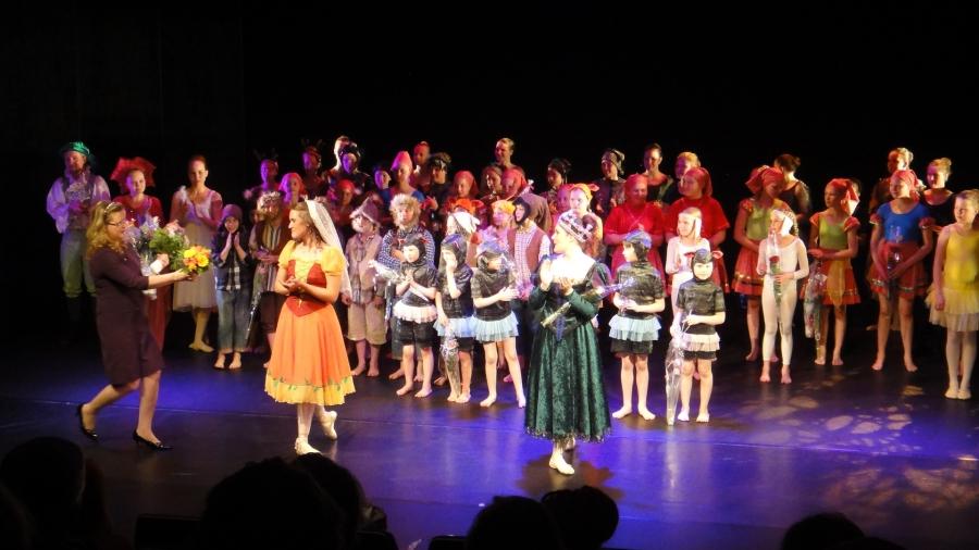 Lisää Etelä-Hämeen Tanssiopistosta ja myös kevään tanssinäytelmä Lumikista koulun sivuilta: http://www.tanssiopisto.fi/. Näytöksiä vielä huomenna sunnuntaina 19.5. ja sitten tiistaina 21.5. ja torstaina 22.5.