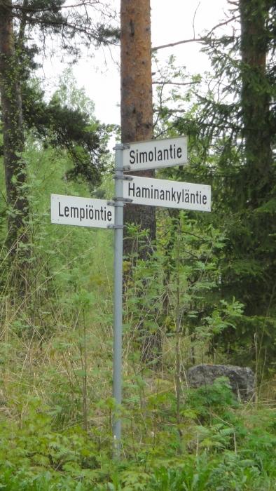 Kolmen tien risteys joista kaksi yksityisteitä ja Haminankyläntie on valtion tie. Arvatkaapa mikä teistä on ylivoimaisesti huonoimmassa kunnossa?